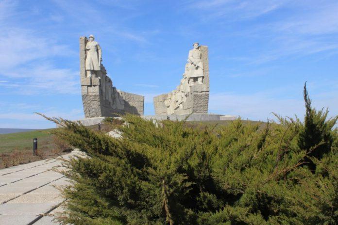 Более двух тысяч деревьев и кустарников высадят в «Саду Победы» на «Самбекских высотах»//Фото: правительство Ростовской области