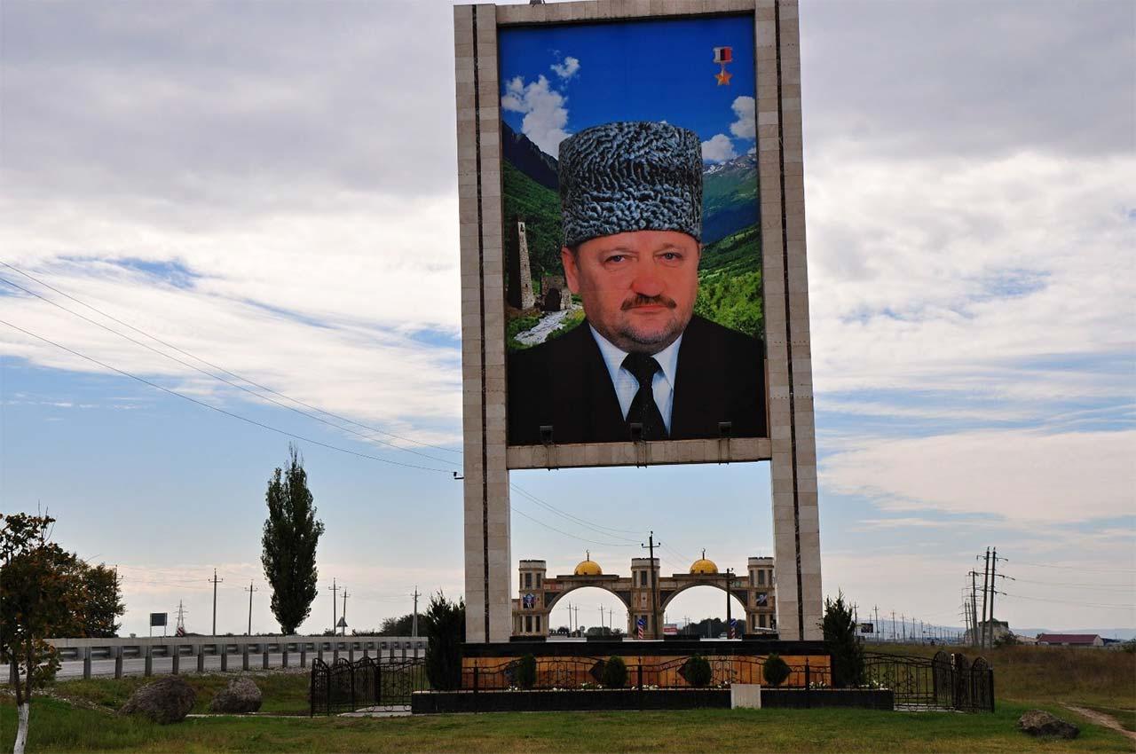 В Чечне очень много плакатов и постеров с фотографиями и изречениями первого президента республики //Фото с сайта chetur.ru