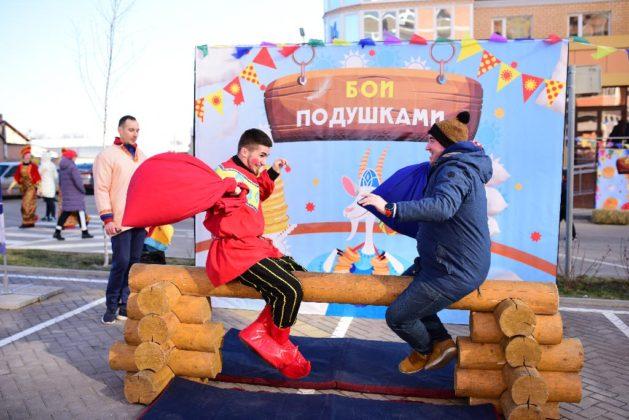 Жители «Красного Аксая» и «Вересаево» отметили Масленицу //Фото: «ЮгСтройИнвест»