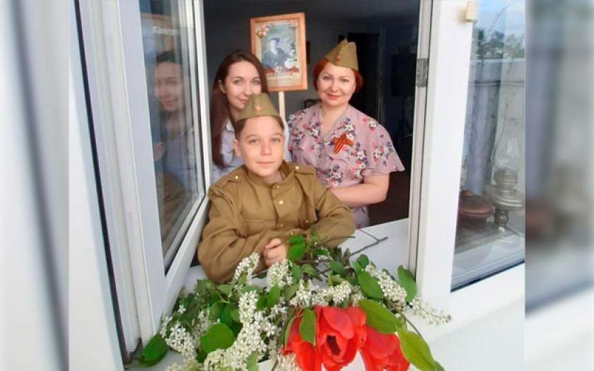 """Поем """"День победы"""" с балкона//Фото: интерцимла.рф"""