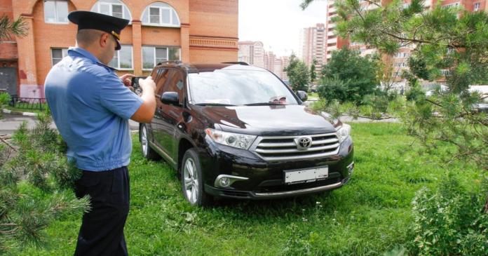 Машина паркуется на газоне//Фото: auto.mail.ru