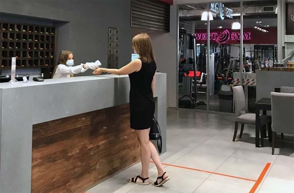 На рецепции у клиентов и сотрудников проверяется температура //Фото: Алина Ливадняя