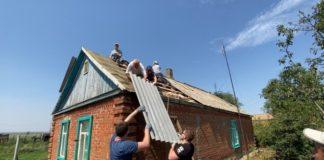 Студенческие отряды Ростовской области помогли отремонтировать крыши домов после града//Фото: пресс-служба Ростовского штаба студенческих отрядов