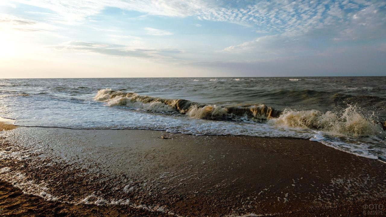 Волны в Таганрогском заливе Азовского моря//Фото: FotoVMire.RU