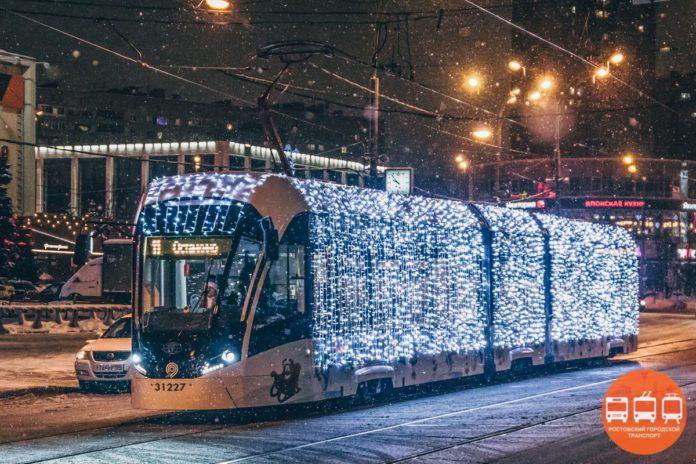 Новогодний трамвай в Ростове//Фото: Ростовский городской транспорт