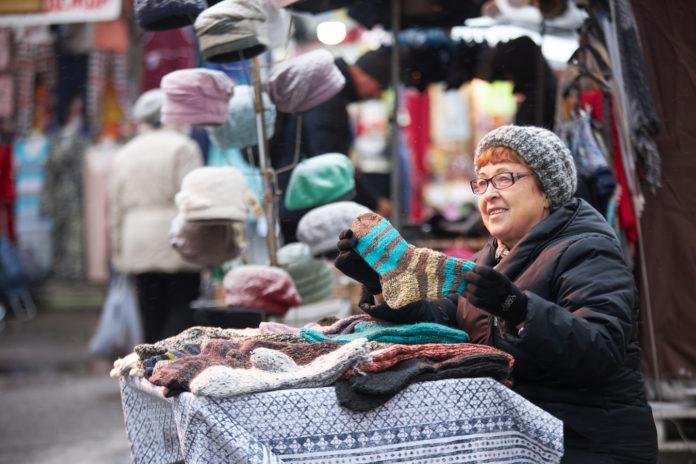 Бабушка продает вязанные носки//Фото: Sostav.ru